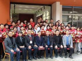 市委宣传部林蔓部长给每个入驻公益组织志愿者代表送花一束